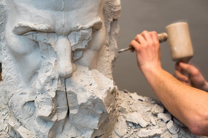 彫刻家の仕事内容・なり方・給料・資格など   職業情報サイト キャリア ...